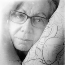 ma mère enserrée par mon bras après ma première séance de tracé